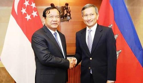 Ngoại trưởng Singapore Vivian Balakrishnan (phải) và Phó thủ tướng kiêm Bộ trưởng Ngoại giao và Hợp tác Quốc tế Campuchia (MFAIC) Prak Sokhonn. Ảnh: Khmer Times.