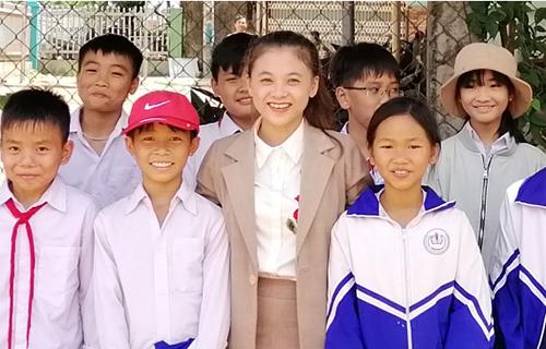 Cô giáo Hồng cùng học sinh trường THCS Nguyễn Chí Thanh ngày tổng