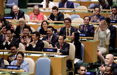 Đoàn Việt Nam do Thứ trưởng Ngoại giao Lê Hoài Trung (phải, hàng thứ 2, bên trái) dẫn đầu vui mừng sau khi kết quả bỏ phiếu được công bốhôm 7/6. Ảnh: TTXVN.