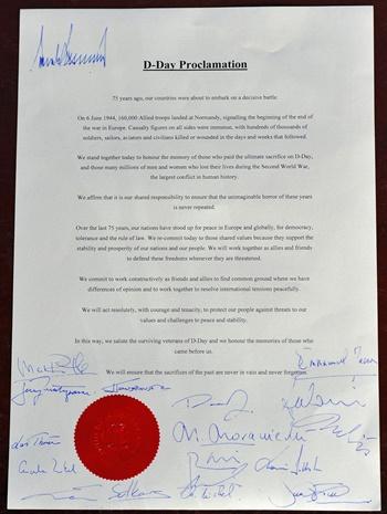 Chữ ký của các lãnh đạo thế giới trong tuyên bố D-Day. Ảnh: AFP.
