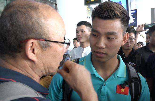 Người hâm mộ chào đón tuyển Việt Nam trở về từ King's Cup - VnExpress