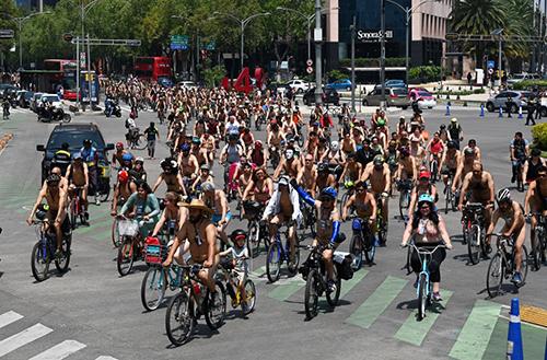 Hoạt động khỏa thân đạp xe ở Mexico City, Mexico hôm 8/6. Ảnh: AFP