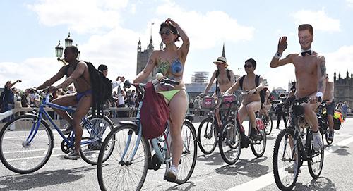 Những người tham gia sự kiện khỏa thân đạp xe tại Anh hôm 9/6. Ảnh: AFP