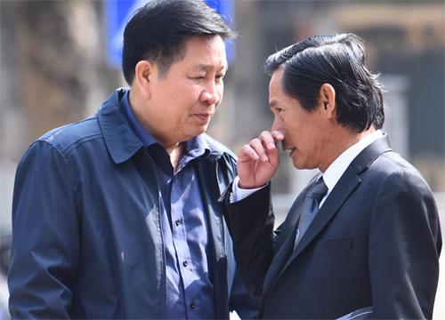 Luật sư Phan Trung Hoài (bên phải) tiếp tục bào chữa cho ông Thành. Ảnh: Giang Huy.