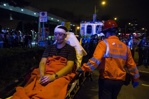 Một người biểu tình Hong Kong bị thương được đưa khỏi hiện trường sáng nay. Ảnh: AFP.