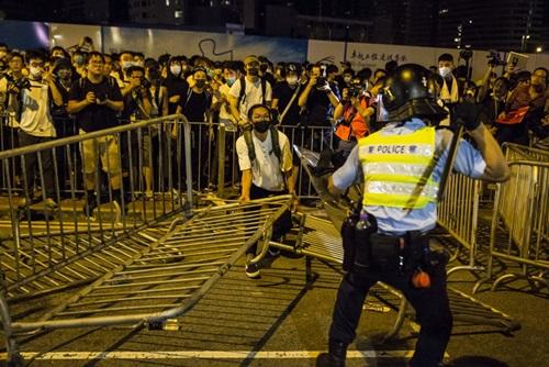 Người biểu tình đối đầu cảnh sát Hong Kong rạng sáng nay. Ảnh: AFP.