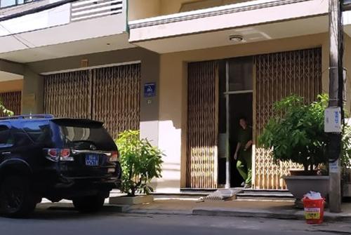 Công an có mặt trước nhà ông Trương Duy Nhất trên đường Tống Phước Phổ. Ảnh: Đ.X.