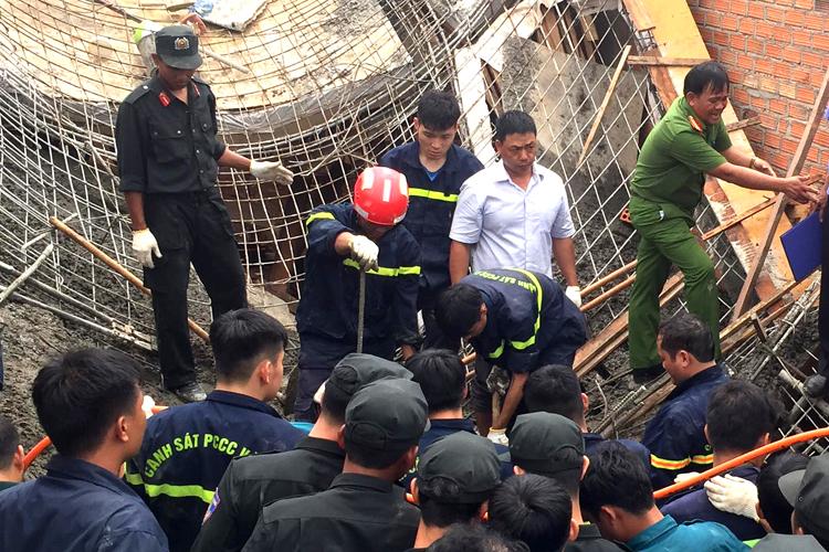 Cảnh sát đào bới khối bêtông, sàn sắt đưa nạn nhân ra ngoài. Ảnh: Trần Hóa.