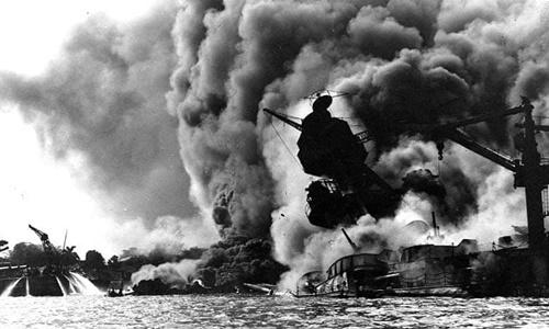 Tàu USS Arizona bốc cháy sau khi trúng bom của Nhật tại Trân Châu Cảng, Hawaii ngày 7/12/1941. Ảnh: US Navy.
