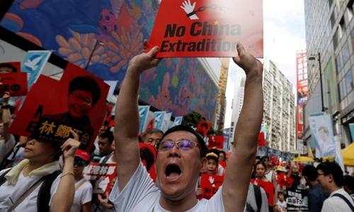 Người Hong Kong xuống đường biểu tình hôm 9/6. Ảnh: Reuters.