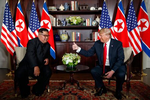 Trump (phải) và Kim Jong-un tại hội nghị thượng đỉnh Mỹ - Triều lần đầu ở Singapore tháng 6/2018. Ảnh: AFP.