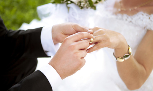 Chú rể trao nhẫn cho cô dâu trong lễ cưới. Ảnh: Holland-cpas