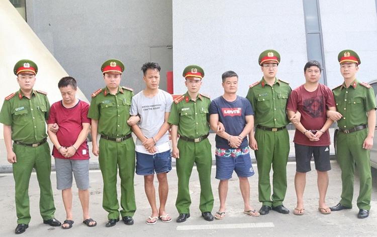 Nhóm nghi phạmTrung Quốc được bàn giao cho Công an Trung Quốc. Ảnh: Ngọc Tùng