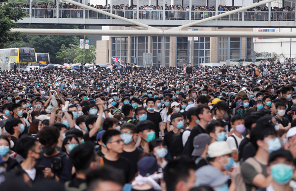 Hong Kong hoãn thảo luận dự luật dẫn độ vì hàng nghìn người biểu tình - ảnh 1