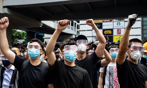 Người biểu tình giơ ký hiệu phản đối dự luật dẫn độ ở Hong Kong hôm nay. Ảnh: Reuters.