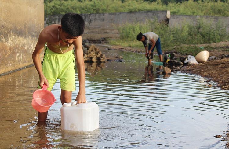 Người dân miền núi Nghệ An đi lấynước ở hồ ao về sinh hoạt.Ảnh: Nguyễn Hải.