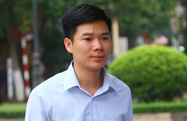 Bị cáo Hoàng Công Lương đến toà với màu áo xanh. Ảnh: Phạm Dự.