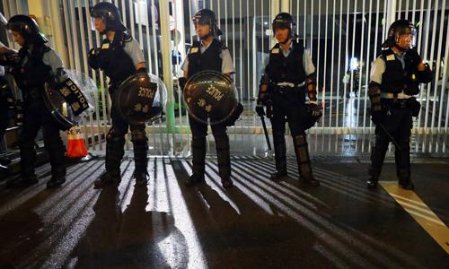 Cảnh sát tập trung quanh trụ sở cơ quan lập pháp Hong Kong rạng sáng nay. Ảnh: SCMP.
