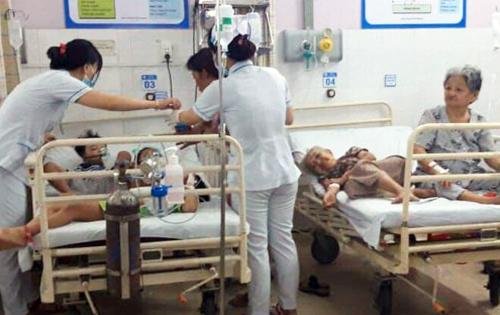 Các nạn nhân đang được cấp cứu tại bệnh viện. Ảnh: Hoàng Trường.