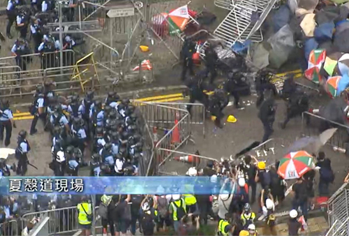 Cảnh sát xịt hơi cay vào người biểu tình trên đại lộ Tim Wa hôm nay. Ảnh: TVB.