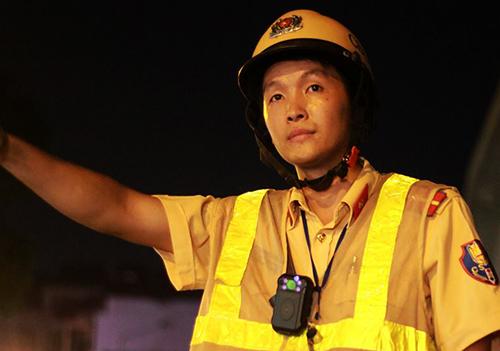 CSGT Hà Nội trong một lần đeo camera giám sát trước ngực khi làm nhiệm vụ.Ảnh: Phương Sơn