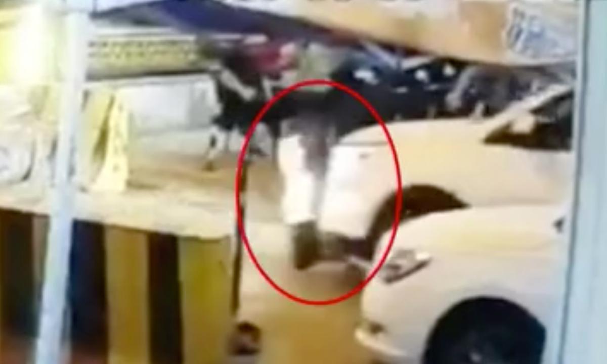 Băng qua đường, cậu bé 3 tuổi bị ôtô cuốn vào gầm