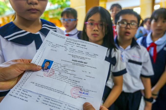 Sĩ tử được cha mẹ động viên trước giờ thi vào lớp 6 trường chuyên