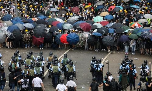Báo Trung Quốc nói biểu tình ở Hong Kong vô thiên vô pháp - ảnh 1