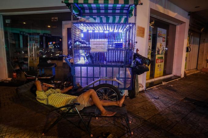 Người đàn ông hơn 20 năm chở đàn chó dạo khắp Sài Gòn