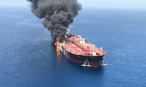Một tàu dầu bốc cháy sau khi bị tấn công ở Vịnh Oman hôm nay. Ảnh: Twitter.