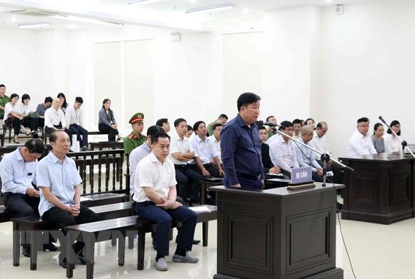 Cựu thứ trưởng Bộ Công anBùi Văn Thành đứng tại bục khai báo dành cho bị cáo. Ảnh: TTXVN