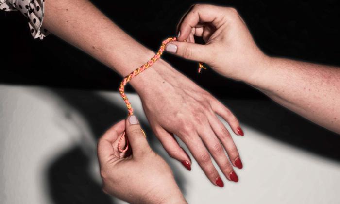 Bạn cần đề phòng khi đột nhiên được người lạ tặng chiếc vòng tay. Ảnh: Washingtonpost.