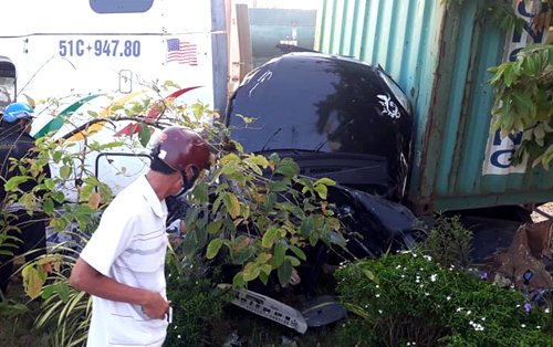Ô tô 4 chỗ bị xe container tông bẹp dúm.