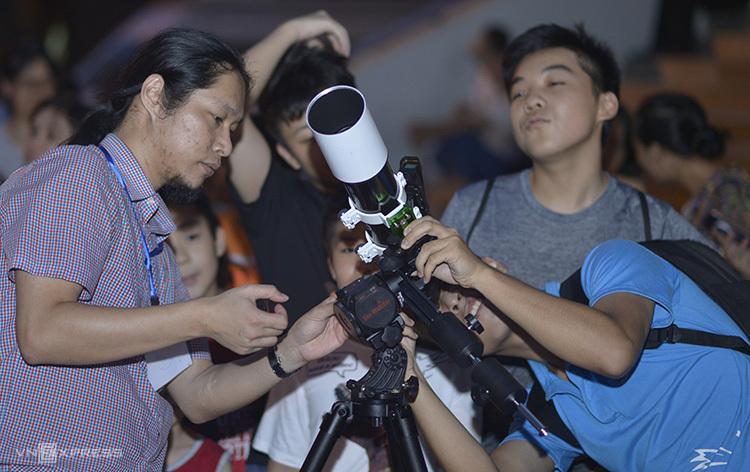 Các bạn trẻ quan sát bầu trời qua kính hiển vi.