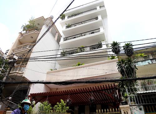 Căn nhà được phòng QLĐT quận 1 tham mưu cấp giấy phép xây dựng về chiều cao kh.ông đúng quy định. Ảnh: Trung Sơn.