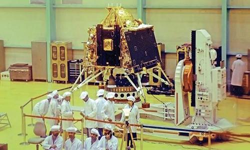 Tàu được lắp đặt trong một phòng thí nghiệm của ISRO. Ảnh: LiveMint.