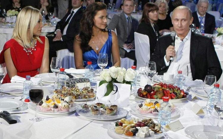 Ornella Muti (áo đỏ) ngồi cùng bàn với tổng thống Putin trong sự kiện năm 2010. Ảnh: Telegraph.