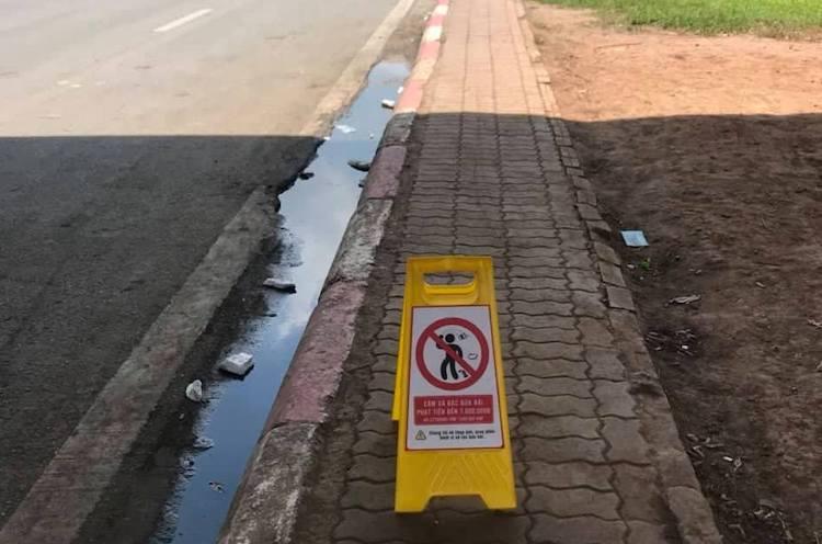 Biển cảnh báo ghi hình xử phạt xả rác bừa bãi ở Đại lộ Thăng Long. Ảnh: V.K.