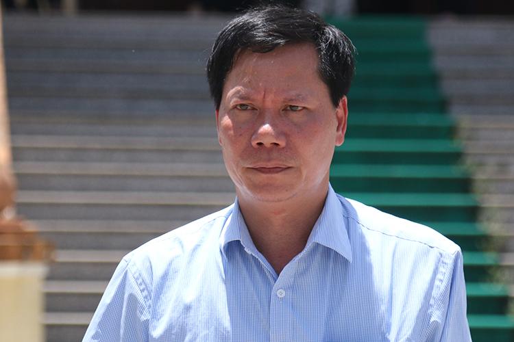 Nguyên giám đốc bệnh viện Trương Quý Dương rời toà. Ảnh: Phạm Dự.