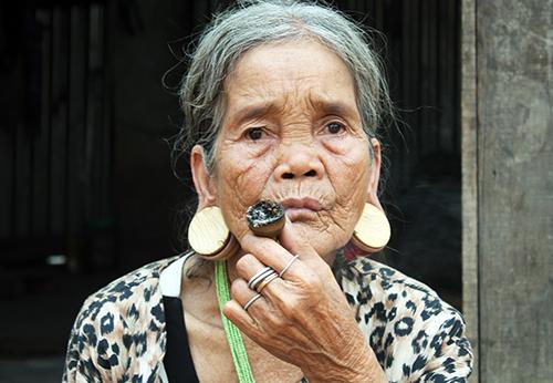 Bà A Chơ Riêm có cặp bông tai bằng ngà voi. Ảnh: Trần Hóa.