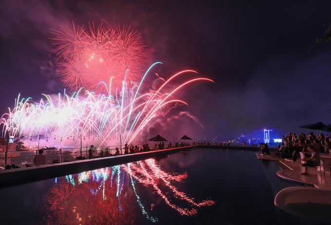 Du khách ở Đà Nẵng chi tiền triệu ngắm pháo hoa bên hồ bơi
