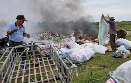 Cả trăm khối rác thải toàn mút và xốp sau khi được thu gom, đem đốt, gây ô nhiễm môi trường không khí. Ảnh: Giang Chinh