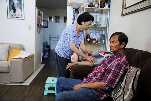 Ông Tu Le được vợ là Melody Bui chăm sóc tại nhà riêng ở thành phố San Jose, bang California, Mỹ, hôm 6/6. Ảnh: SFC