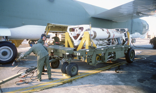 Tên lửa SRAM chuẩn bị lắp cho B-52 trong một cuộc tập trận năm 1984. Ảnh: USAF.