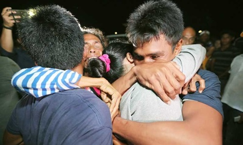 Ngư dân Philippines trên tàu cá bị đâm chìm Gemvir-1 đoàn tụ người thân tối 14/6. Ảnh:Philstar.
