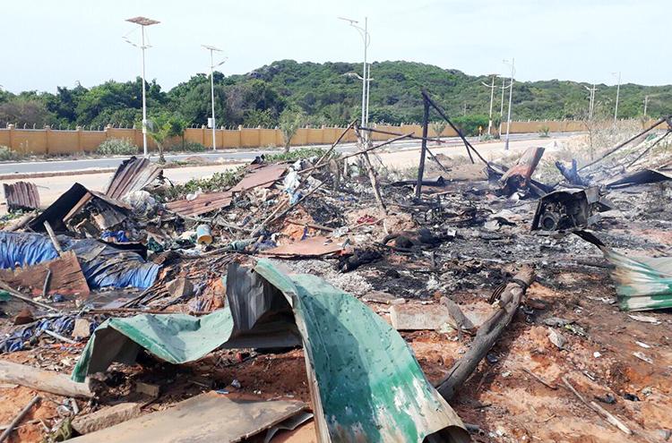 Lán trại công nhân đổ sập sau vụ nổ. Ảnh: An Phước