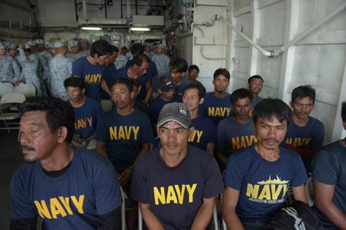 Nhóm ngư dân Philippines được đưa lên tàu hải quân hôm 13/6. Ảnh: AP.
