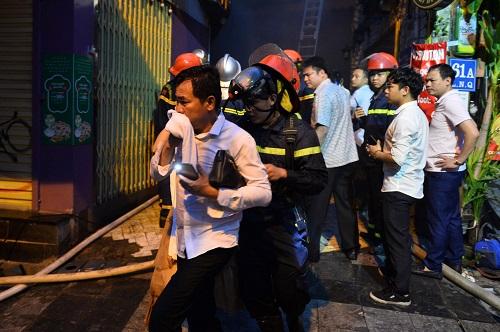 Cảnh sát giải cứu 25 người trong vụ cháy khách sạn ở Hà Nội - ảnh 2