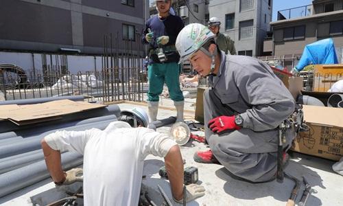 Một thực tập sinh nước ngoài làm việc trên công trường ở Tokyo tháng 5/2018. Ảnh: Nikkei Asian Review.