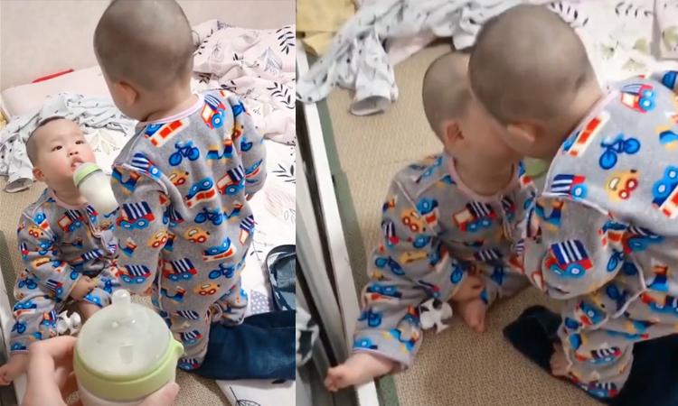 Cậu bé đòi anh trai sinh đôi hôn mới chịu uống sữa -